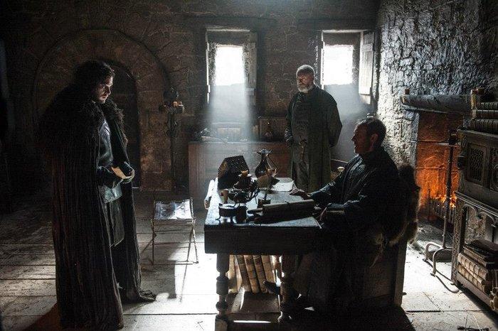 Jon Snow com Stannis Baratheon e Davos Seaworth
